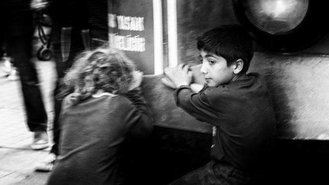 Syryjske dzieci uczepione relingu tramwaju Tunnel - Taksim Aparat Olympus OMD E-M1 obiektyw 75 mm f1.8